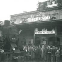 Powitanie na dworcu w Czechowicach (obecnie Czechowice-Dziedzice) Polaków wysiedlonych po ll wojnie światowej z Kresów Wschodnich